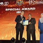 From left: Kow Choong Ming, Executive Vice President of S P Setia Berhad accepted the award from Dato' Sri Zohari bin Haji Akob, Secretary General of the Ministry of Works, Malaysia.