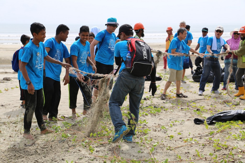 Joint_forces_during_beach_clean-up_s