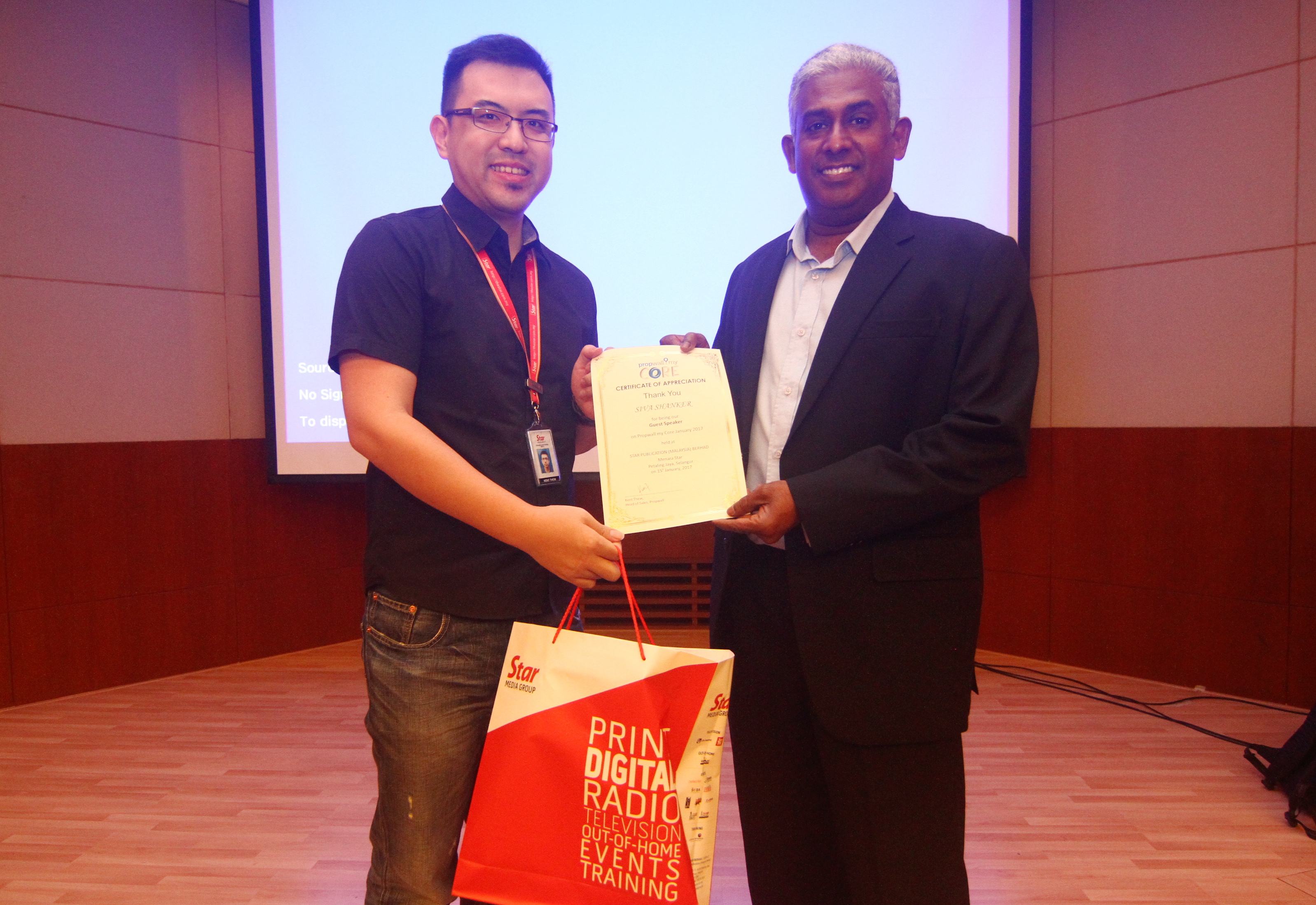Propwall.my head of sales Thew Phang Chun presents token of appreciation to Siva Shanker.