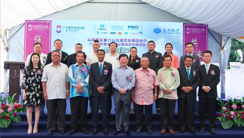 The signing ceremony was witnessed under (from FRONT left) R&F Properties Group Vice General Manager - Ms.Zhu Wenting, Datuk Md. Othman bin Haji Yusof, Datuk Bandar (Town Mayor) - YBhg. Tuan Haji A. Rahim Bin Haji Nin, Johor State Secretary - YB Tuan Haji Azmi Bin Rohani, R&F Properties Group Chairman - Mr.Zhang Li, Dato' Daing A Malek Daing A Rahaman, CEO of Iskandar Regional Development Authority - Yang Bahagia Datuk Ismail Ibrahim, Johor District Officer- Tuan Haji Mohd Halim Bin Hasbullah and R&F Properties Group's Deputy Chairman- Mr. Liu Zhen (From Back Left) SM+CY, Hyatt Hotels Corporation, Voir Group, Restaurant Todak, China Construction Third Engineering (M) Sdn Bhd, YFS, A-Look Eyewear, MBO Cinemas & oup Vice General Manager, Mr. Hu Gangzhi