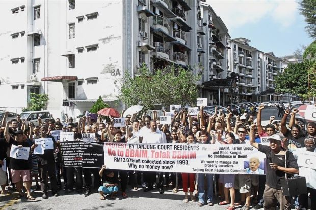 Suthakar (right, in white cap) leading the residents in the 'Black Sunday' protest at Tanjung Court Condominium in Bandar Baru Air Itam, Penang. With them are (in white, from centre to left) Ramkarpal, Rayer and Yeoh. — Photos: CHAN BOON KAI/The Star