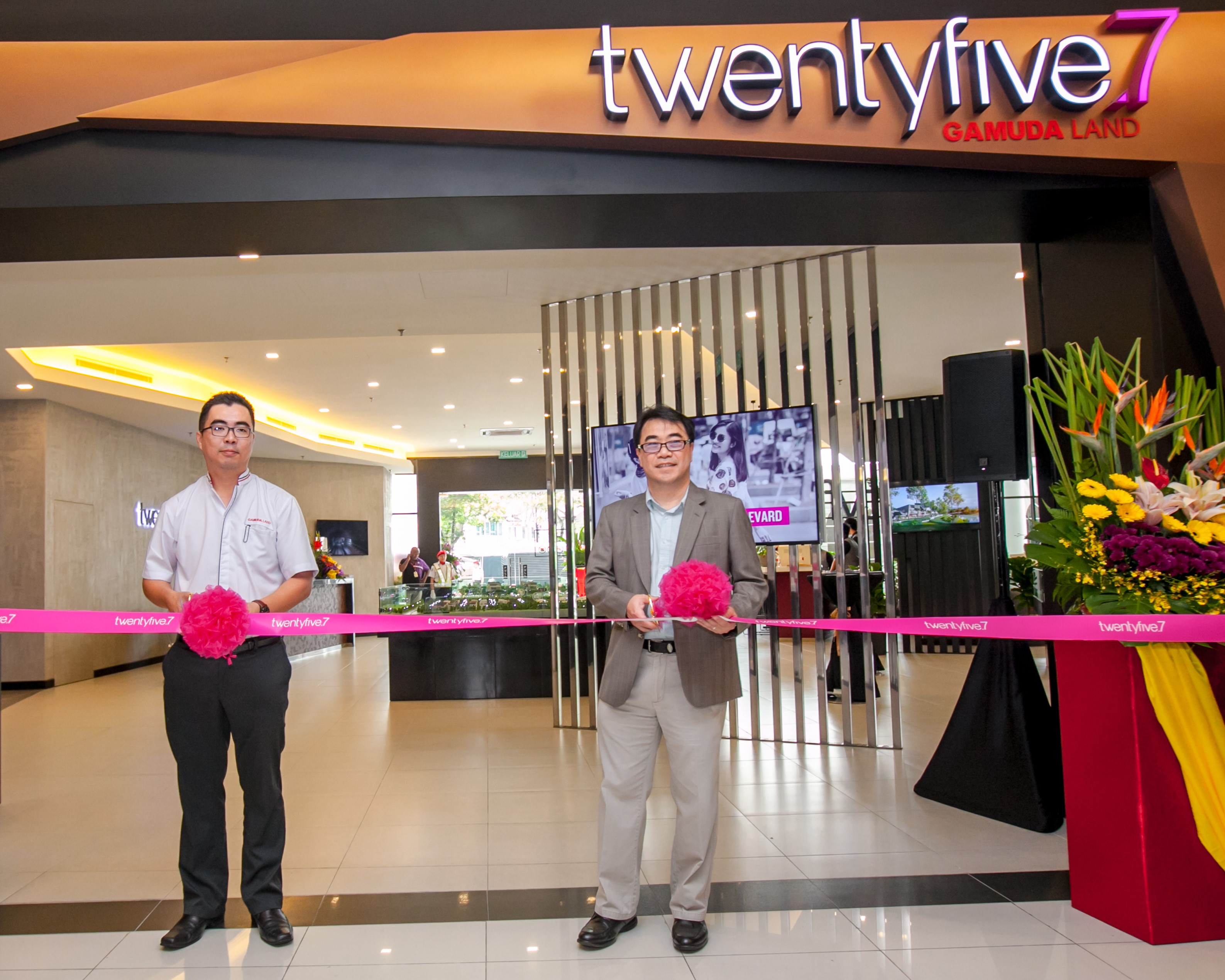 (From left) twentyfive general manager Aw Sei Cheh and Gamuda Land chief operating officer Ngan Chee Meng officiates the opening of twentyfive.7 sales gallery.