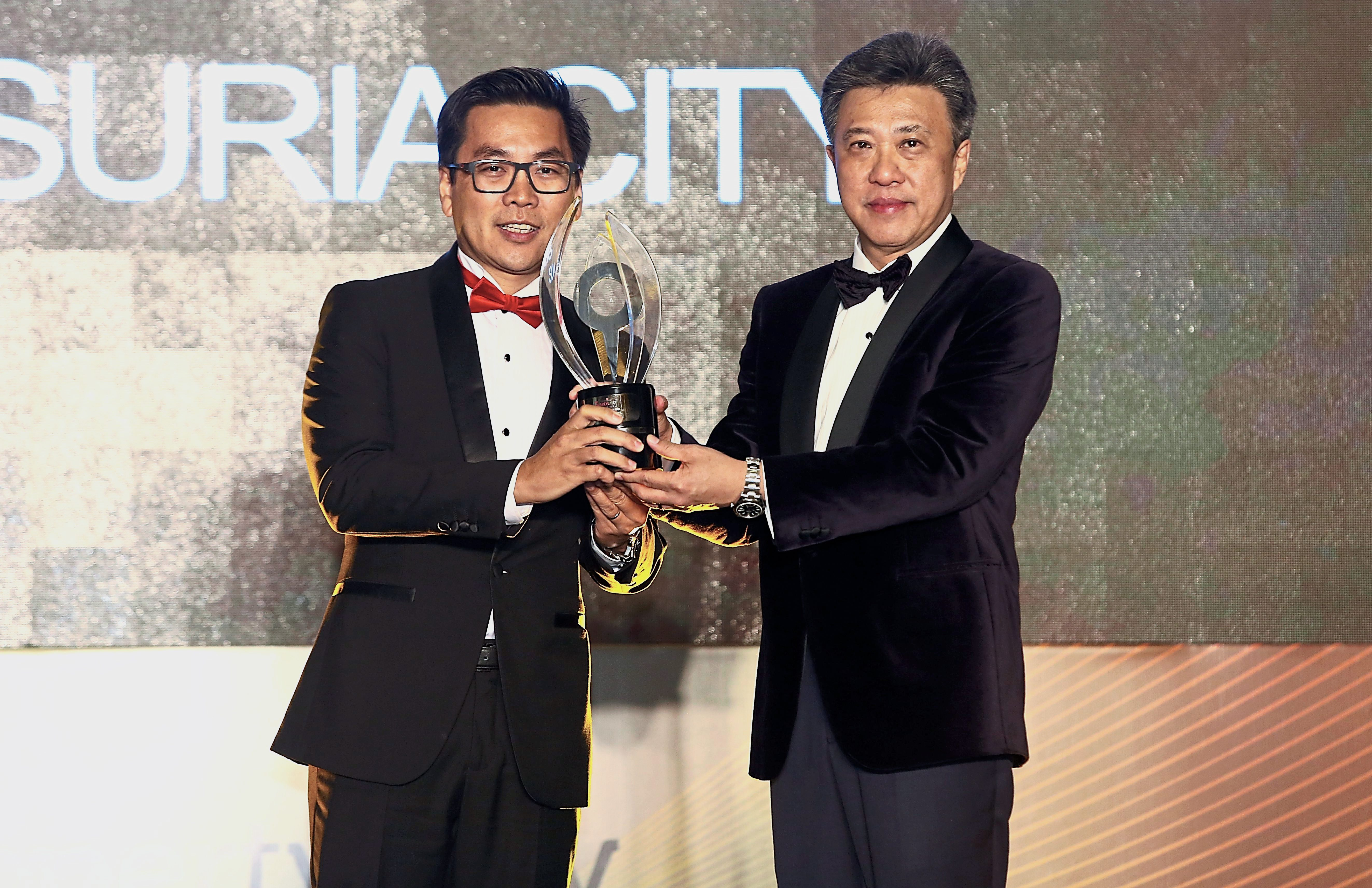 Koong receiving The Neighbourhood Honours Award for Sunsuria City.