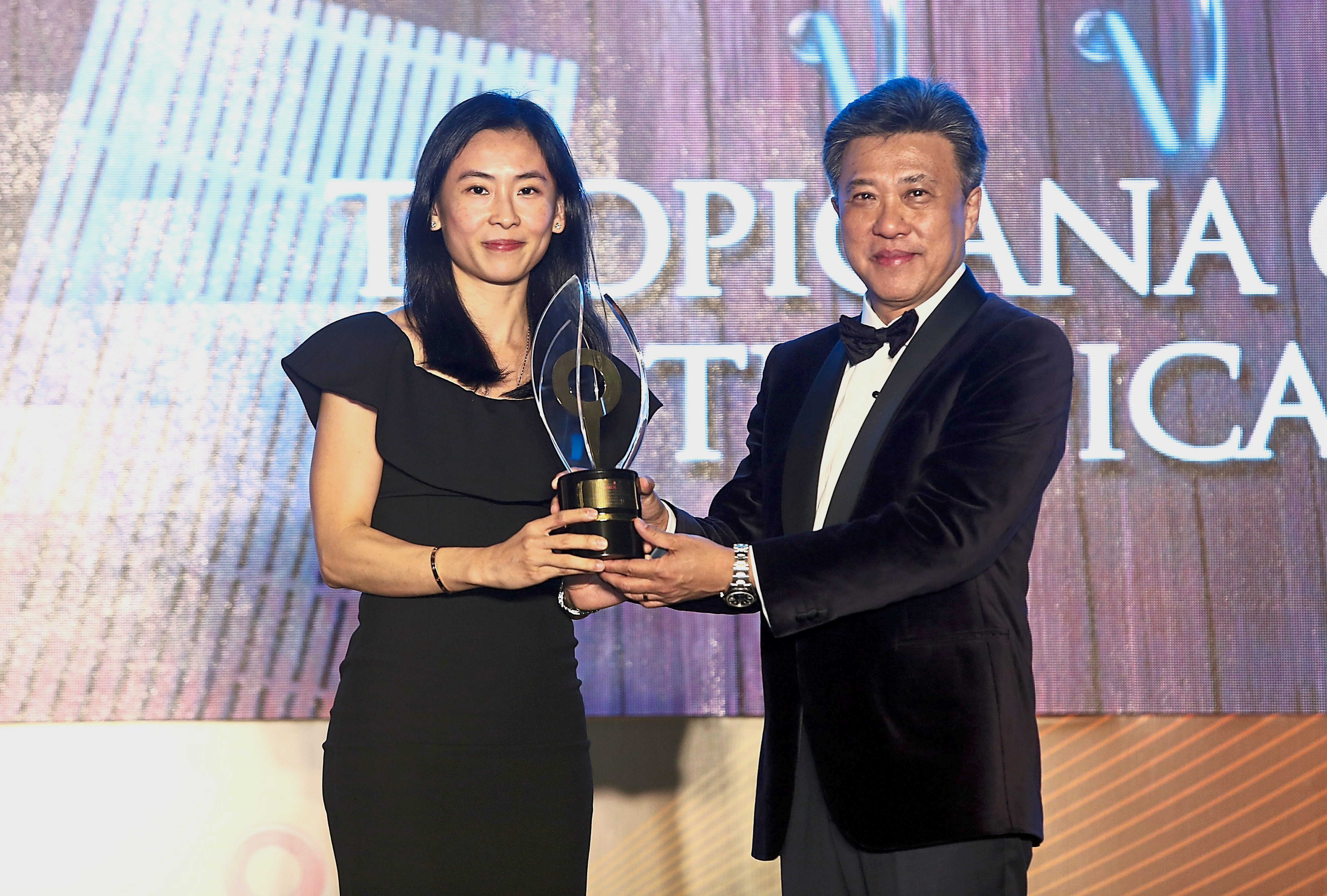 Ung receiving excellence award in The Niche & Unique category for Tropicana Residences.