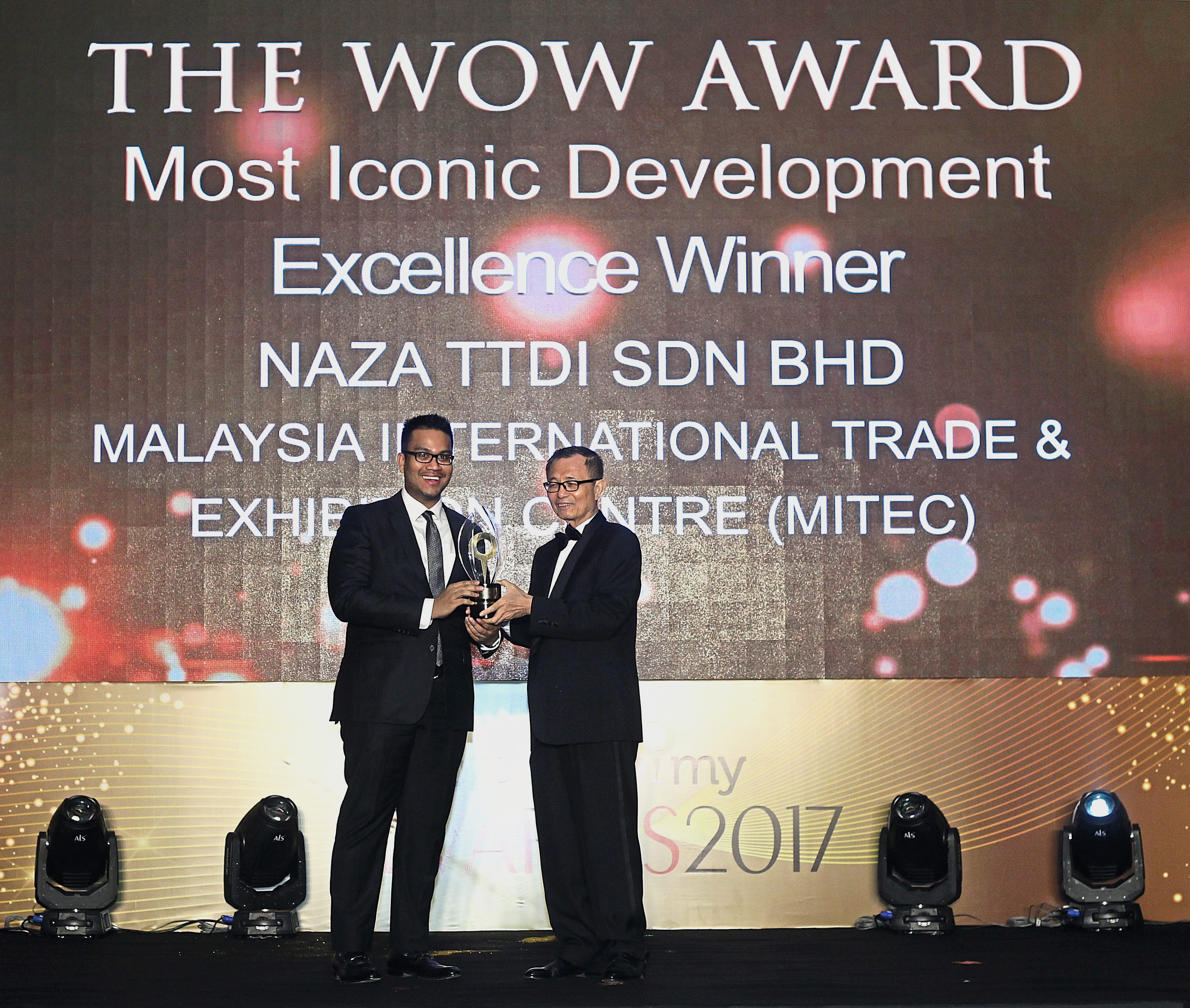 Naza TTDI Sdn Bhd CSO Idzham Mohd Hashim receiving The Wow Excellence Award from Fu.