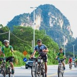 Participants making their way past Ipoh's scenic limestone hills.