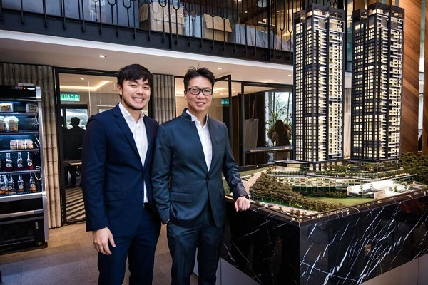 Mr Goh Soo Sing, Managing Director of BÖN Estates Sdn Bhd on the left & Dato' Joey Yap on the right with model of The Estate.
