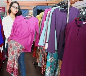 Rekka Rich Sdn Bhd kiosk supervisor Nurul Syafiqa Mazlan says Raya sales is good on the weekends at SACC Mall. The favourite among young women are baju kebaya Kedah and baju kurung moden.