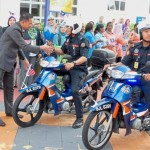 Mohd Zulkarnain distributing the Jalur Gemilang to MPSJ enforcement officers during the 'Kibar Jalur Gemilang' campaign at the council's headquarters.