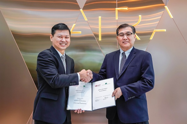 (From left to right) Selangor Properties Berhad Chong Koon San and Grand Dynamic Builders Sdn Bhd managing director Cheah Ham Cheia.