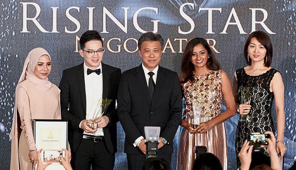 Star Media Group Bhd group MD and CEO Datuk Seri Wong Chun Wai (middle) with winners of Rising Star Negotiator Award (from left) Ainal Maryam Zamzuri, Daniel Chieng, Roshindar Kaur Dhillon and Jenny Liu.