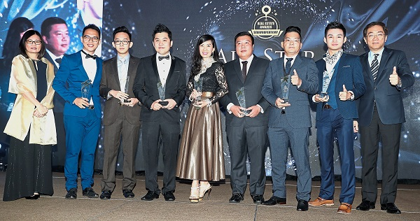 (Left) Star Media Group Bhd CRO Lim Bee Leng and (right) and COO Calvin Kan with All Star Negotiator Award winners Jeff Lim, Derek Soh, George Loo, Juliana Teh, Ng Hang Wai, Jonathan Lai and Teammy Lee.