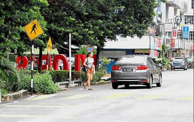 Proper signage and pedestrian crossing in SS15, Subang Jaya, nearby a school and university area make it easier for students. Read more at http://www.thestar.com.my/metro/metro-news/2017/10/12/riddled-with-obstacles-broken-pavements-and-dangerous-road-crossings-among-problems-faced-by-pedestr/#CL3JG7XDKWZBPpfJ.99