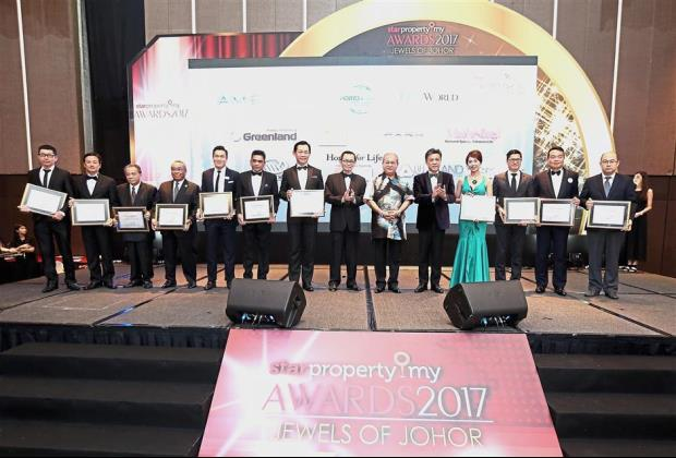 Cream of the crop: (Starting sixth from right) Sultan Ibrahim (in batik shirt), flanked by Star Media Group chairman Datuk Fu Ah Kiow (on the Ruler's right) and Star Media Group managing director and chief executive officer Wong, posing for a group photo with the recipients of the StarProperty.my Awards 2017 at Thistle Hotel.