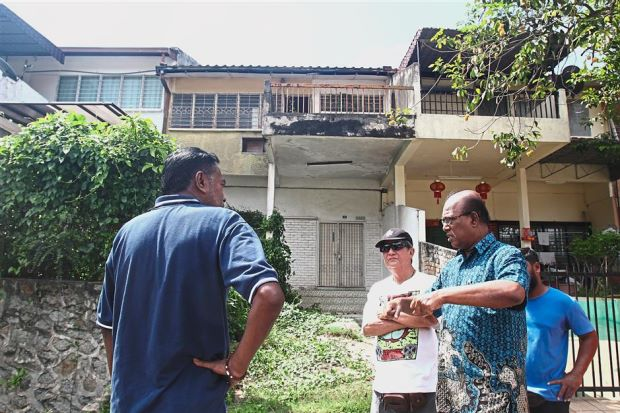Taman Alam Jaya Residents Association chairman Dr B. R. Anthonysamy (right) and Ho (second from right) speaking with Chandrabalan (left) about the condition of the abandoned house. — Photos: ROHAIZAT MD DARUS/The Star.