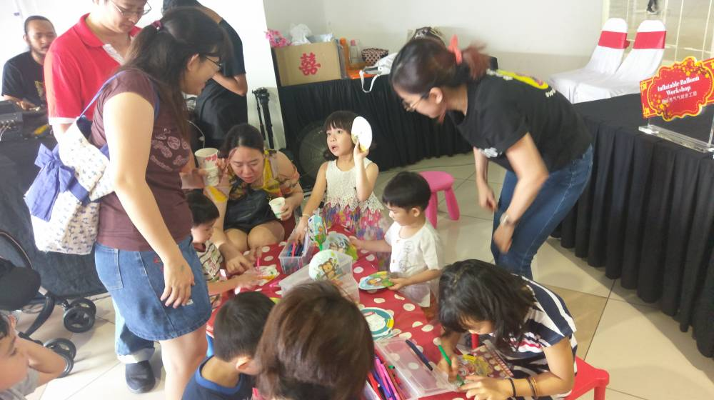 Pix_3_Children__parents_painting_their_inflatable_balloons_at_PV18_Residence_Official_Launch__CNY_Celebration