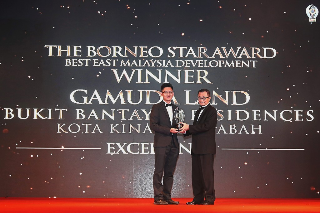 Gamuda Land Bukit Bantayan Residences general manager Cheo Yuan Ping receiving The Borneo Star Excellence Award from Star Media Group Bhd chairman Datuk Fu Ah Kiow.