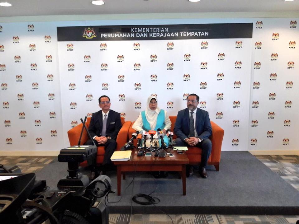 KPKT minister YB Zuraida Kamaruddin with secretary-general Datuk Mohammad Mantek (left) and Jagdeep Singh Deo A/L Karpal Singh (right) during the press conference.