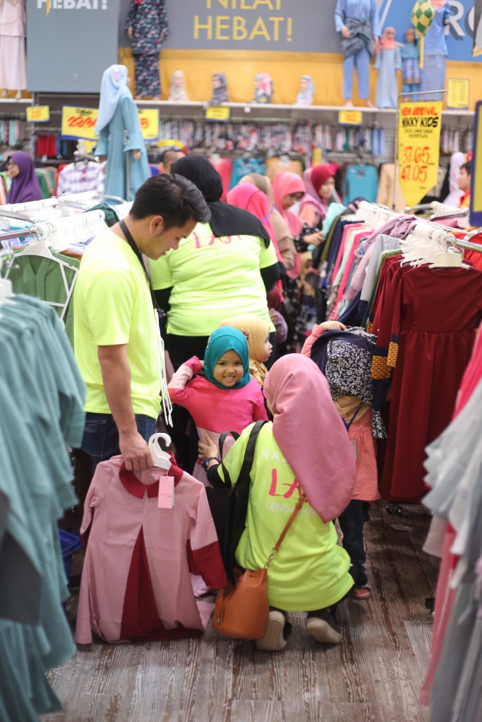 Naza_TTDI_-_Volunteers_from_Naza_TTDI_helping_orphans_with_their_shopping