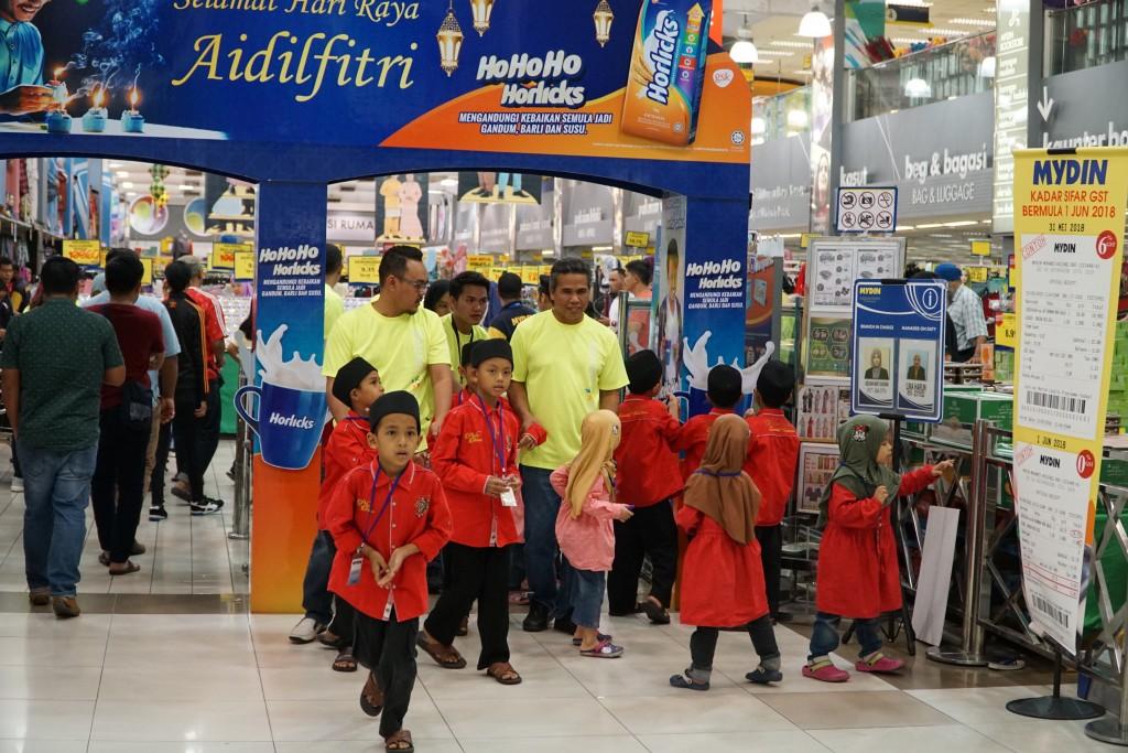 Naza_TTDI_-_Volunteers_with_orphans_at_Mydin_in_USJ_Subang_Jaya