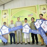 UEM Sunrise managing director/chief executive officer Anwar Syahrin Abdul Ajib (centre), chief operating officer Datuk Roslan Ibrahim (fourth from left) and Semenyih state assemblyman Tuan Bakthiar Mohd Nor (sixth from left) with the selected seven Begonia homes purchasers, who received their mock keys.