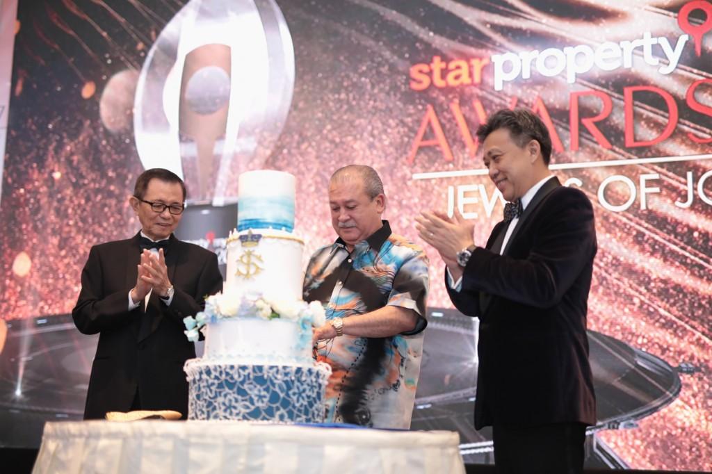 Johor Ruler Sultan Ibrahim Ibni Almarhum Sultan Iskandar cutting the cake for his birthday celebration while Star Media Group chairman Datuk Fu Ah Kiow (left) and Star Media Group managing director and chief executive officer Datuk Seri  Wong Chun Wai look on at the StarProperty.my Awards 2017