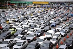 PETALING JAYA, 27 Mac -- SESAK ... Kenderaan-kenderaan terkandas dalam kesesakan lalu lintas di Plaza Tol Lebuhraya Damansara Puchong (LDP) Bandar Sunway ekoran hujan lebat sejak awal pagi tadi. Hujan lebat sejak semalam turut meliputi beberapa tempat di sekitar Lembah Klang ini ekoran peralihan monsun yang dijangka berterusan sehingga pertengahan Mei ini sekaligus menandakan berakhirnya Monsun Timur Laut. Jabatan Meteorologi Malaysia menerusi kenyataan berkata Keadaan cuaca yang lazim semasa tempoh itu ialah hujan lebat, ribut petir dan angin kencang terutamanya pada waktu petang dan awal malam.--fotoBERNAMA (2018) HAK CIPTA TERPELIHARA