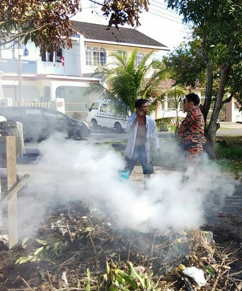 A fireman from the Miri Bomba caught a worker at a housing project red-handed, carrying out open-burning in a residential area in Miri.