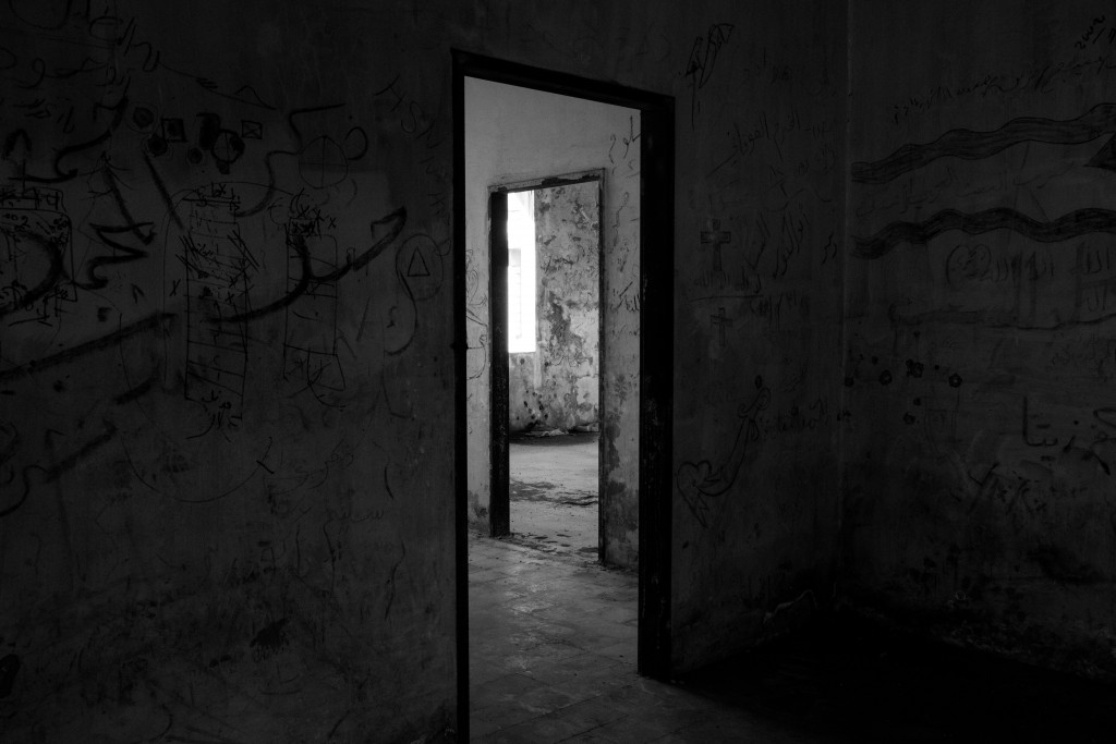 abandoned-architecture-black-and-white-745054
