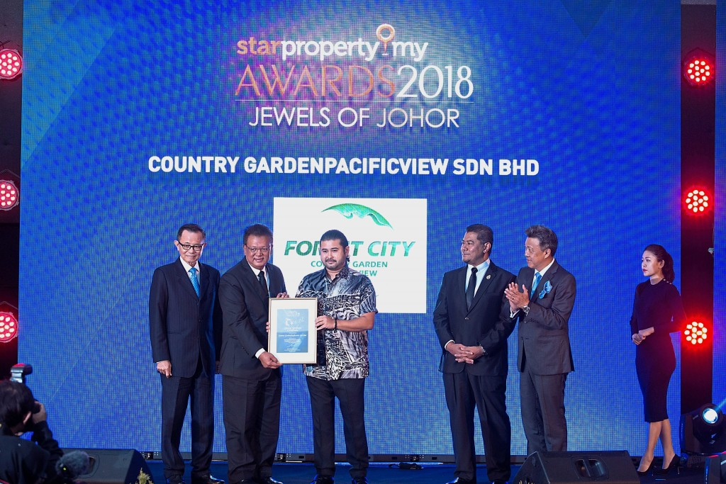 Country Garden PacificView Sdn Bhd executive director Datuk Md Othman Bin Hj Yusof receiving the special mention category from Tunku Ismail, while Star Media Group chairman Datuk Fu Ah Kiow (left) and Johor Housing and Rural Development Committee chairman Dzulkefly Ahmad and Datuk Seri Wong Chun Wai look on.