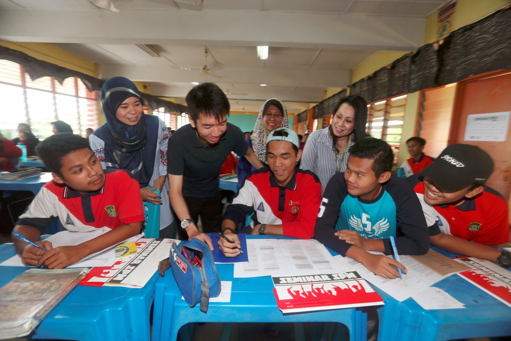 Country Garden Pacificview Sdn Bhd chief strategy officer Ng Zhu Hann mingled with students during SPM 2018 Seminar organized by Forest City at SMK Tanjung Adang, Gelang Patah.