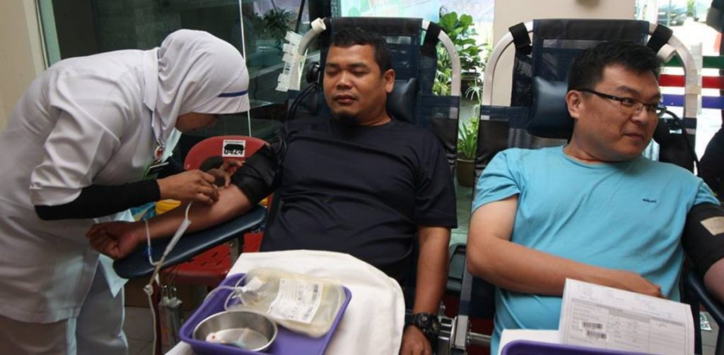 A donor during Stay-Healthy Blood Donation and Health Campaign by UMLand Seri Alam. (photo from  http://www.umland.com.my/)