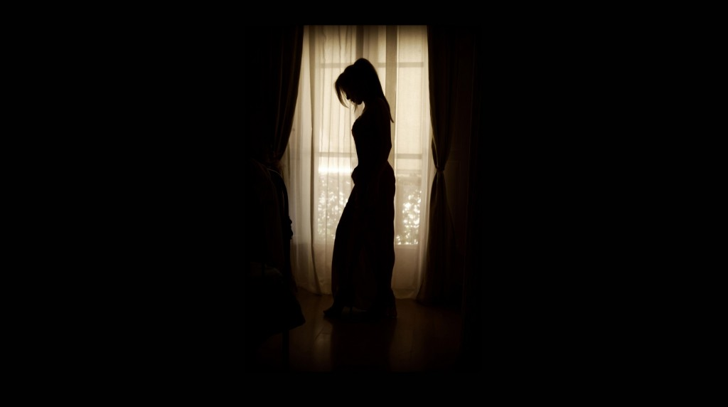 silhouette-light-black-and-white-woman-white-photography-1324637-pxhere.com