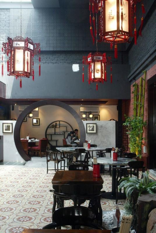 The oriental setting of Ye Chine makes customers feel like they are dining in an olden day Chinese restaurant.