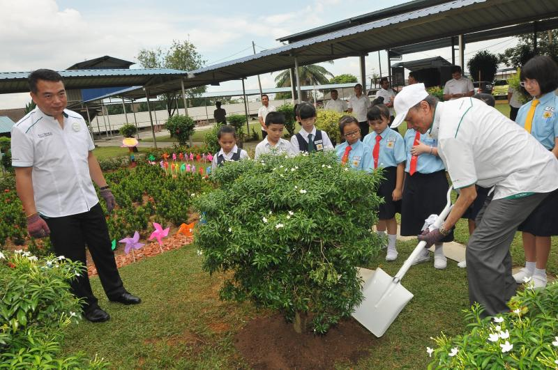 Eco World Foundation chairman Tan Sri Lee Lam Thye (right) participating in a tree planting ceremony after launching a corporate social responsibility programme by Eco World Foundation at SJKC Tampoi, Johor Baru on May 25,2016. Looking on is Eco World Development Group Berhad president & CEO Datuk Chang Khim Wah (left).
