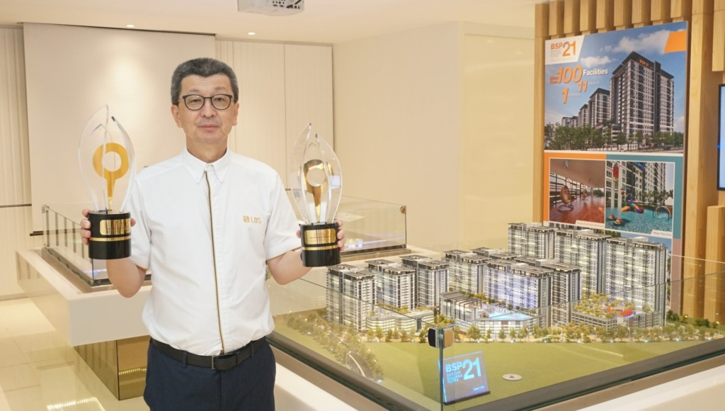 "LBS receives top honours at the StarProperty.my Awards 2019 for consistently delivering exemplary developments that meet homebuyers' changing needs. LBS Bina Group Berhad Group Managing Director, Tan Sri Lim Hock San, with the ""Prestigious All-Star Award – Top Ranked Developers of The Year"" and the ""Star Property.my Readers' Choice"" Awards."