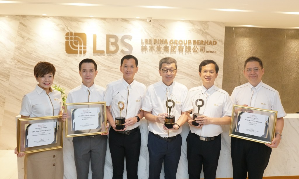Glorious moment - LBS clinches six awards at the StarProperty.my Awards 2019. (fourth from left) LBS Bina Group Berhad Group Managing Director, Tan Sri Lim Hock San, with LBS Executive Directors, (first from left) Dato' Cynthia Lim; Dato' Sri Barry Lim; Datuk Wira Joey Lim; Dato' Sri Daniel Lim; and Dato' Alan Chia.