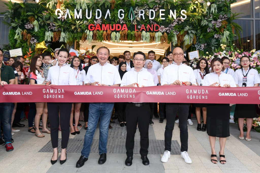 (L-R) Gamuda Gardens assistant general manager of marketing and sales Dede Pong, executive director of retail and leasing Herbie Tan, general manager Lam Sew Chee, executive director of product management unit Eddie Chan and senior relationship manager Cindy Tan officiating the grand opening of Gamuda Gardens Experience Gallery.