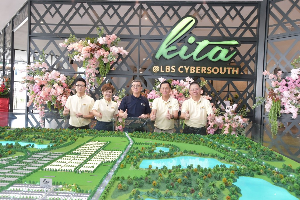 (Middle) LBS Bina Group Bhd group managing director Tan Sri Lim Hock San launches the community-living inspired Kita@Cybersouth township. Also present at the launch were (from left) MGB Bhd executive director and deputy CEO Isaac Lim and LBS executive directors (second from left) Datuk Cynthia Lim, Datuk Wira Joey Lim and Datuk Alan Chia.