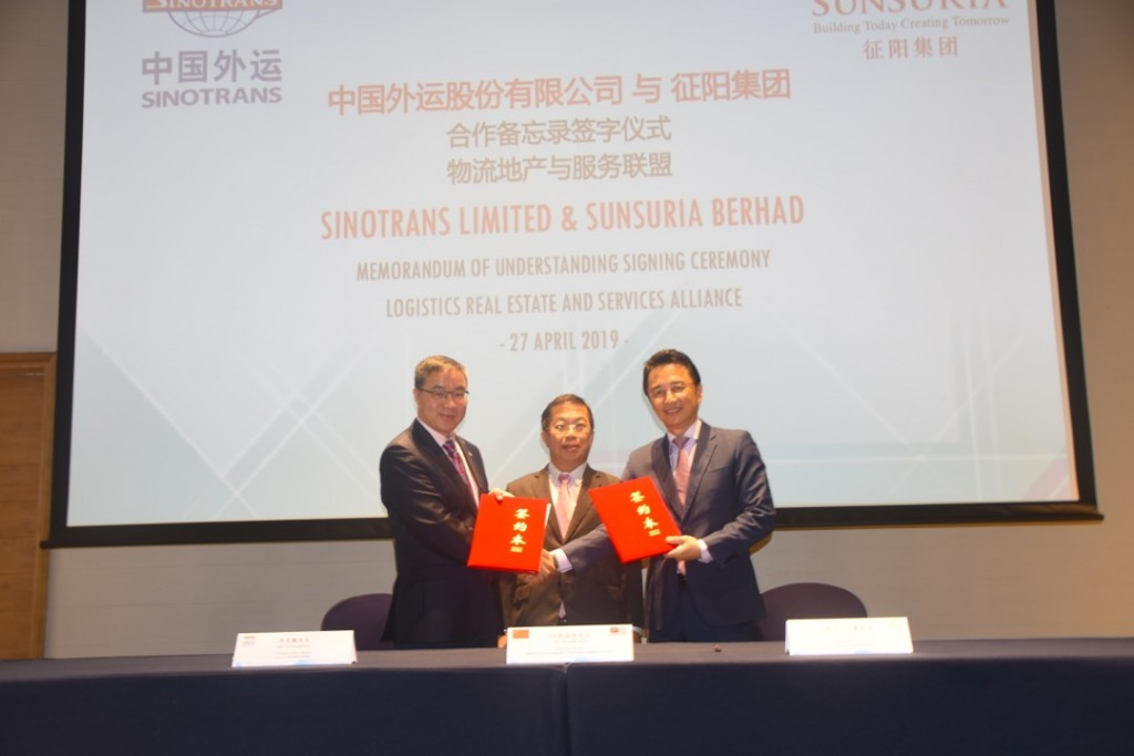 MOU signing between Sunsuria Bhd and Sinotrans Ltd on Logistic real estate and services alliance. (left to right: Sinotrans Ltd chairman Li Guan Peng, Malaysia's Special Envoy to China YB Tan Kok Wai and Sunsuria Bhd executive chairman Tan Sri Datuk Ter Leong Yap)