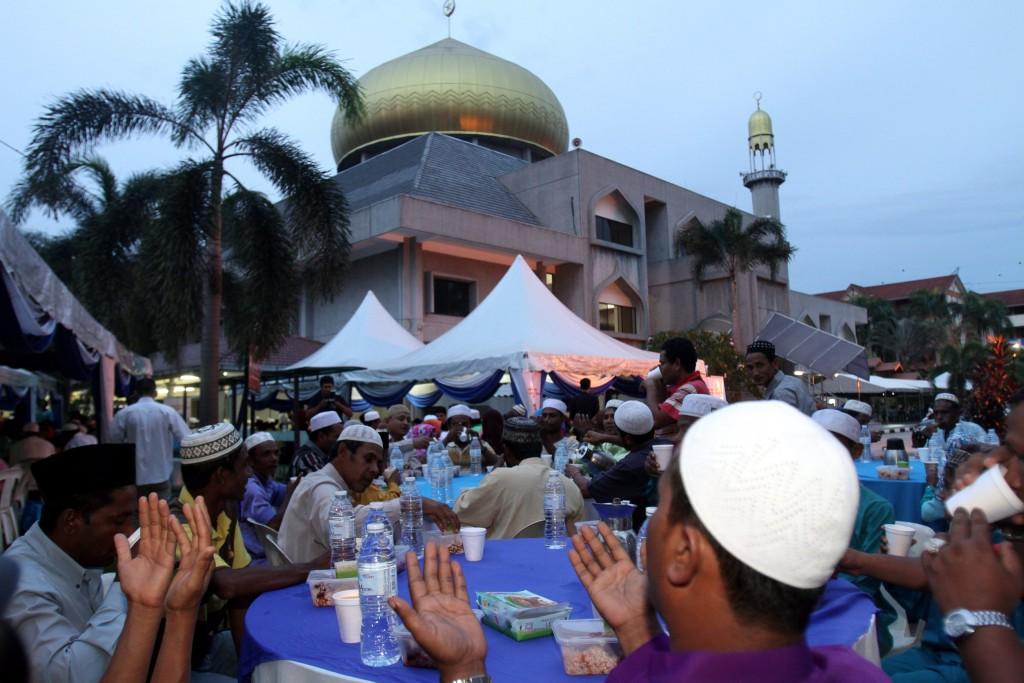Iftar at the Masjid Saidinna Othman Affan in Bndar Tun Razak, Cheras. ROHAIZAT MD DARUS/STAR.