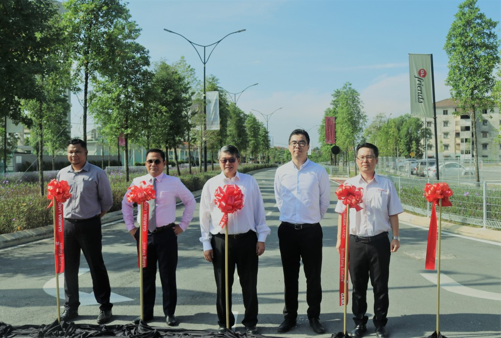 (from left) Road Engineer Jabatan Kerjaraya road engineer Ahmad Farsi bin Mohd Gazali, Kuang state legislative assemblyman Tuan Salehuddin bin Amiruddin, Selayang member of parliament Tuan William Leong Jee Keen, Gamuda Land project director Aw Sei Cheh and Kundang Estate general manager Lam Sew Chee.