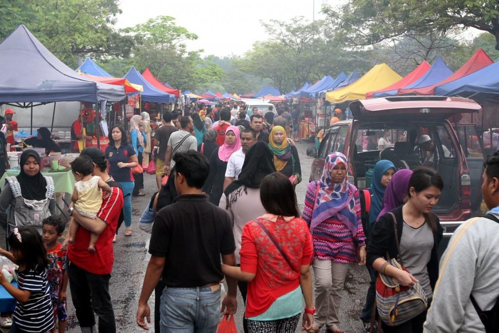 The Ramadan bazaar at the Shah Alam Stadium has more than 270 stalls. SAMUEL ONG / THE STAR.