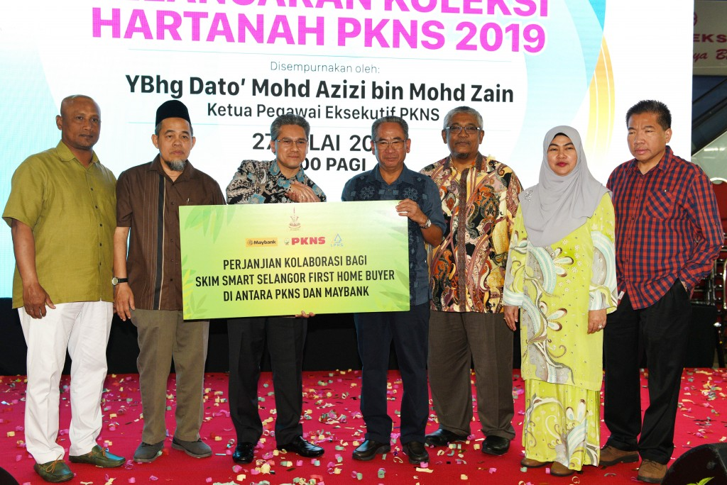 (from left) PKNS northern region general manager Tuan Ir Haji Mohd Muhidin bin Faharuddin, southern region general manager Tuan Haji Lokman bin Haji Abdul Kadir, Maybank Islamic Bank Bhd deputy CEO Nor Shahrizan Sulaiman, Azizi, central region general manager Azmi bin Adnan, CFO Hajah Nor Azlina Binti Amran, project management general manager Tuan Ir. Mohd Kamarzan bin Mohd Rais commemorating the partnership between PKNS and Maybank for the Smart Selangor First Home Buyer Scheme featuring 100% financing for PKNS' Rumah Selangorku buyers.