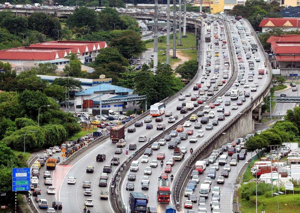Motorits stuck in heavy traffic along the MRR2 due to heavy morning rain. AZHAR MAHFOF/The Star