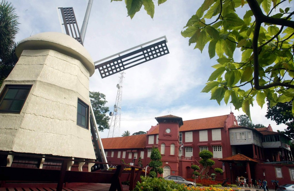 A Dutch windmill on display in Banda Hilir, Melaka, with the stadhuy's building in the background.