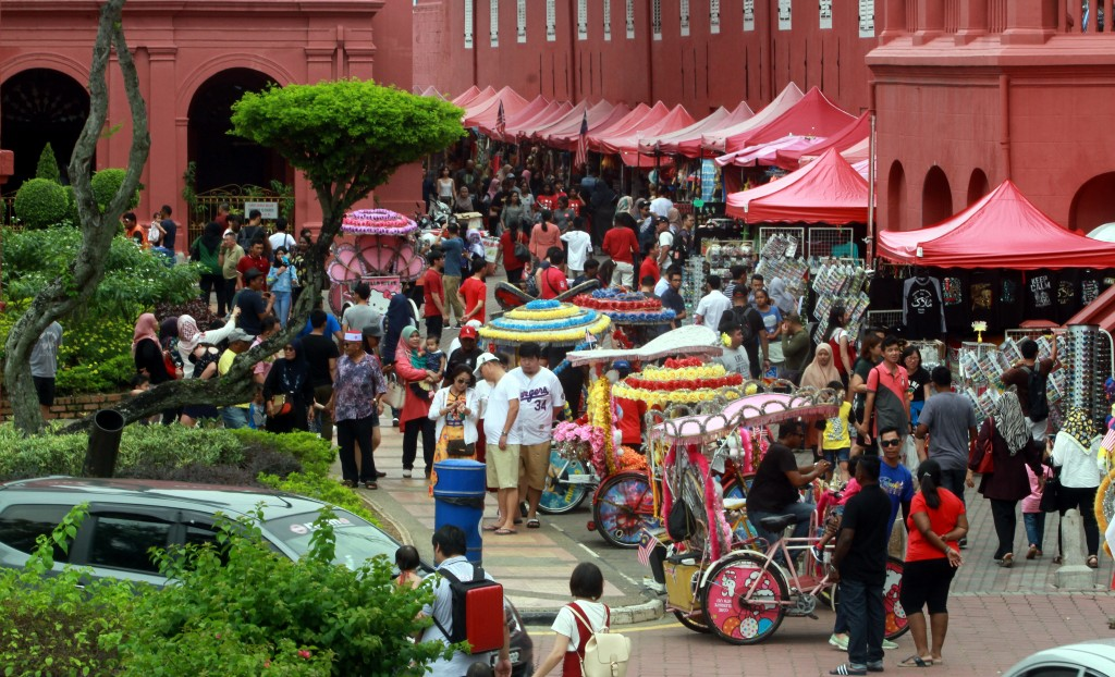 During the Public Holiday people take the opportunity to bring their family to visit Jonker Walk and other historic sites in Malacca. Star Photo By A Malex Yahaya / Melaka.