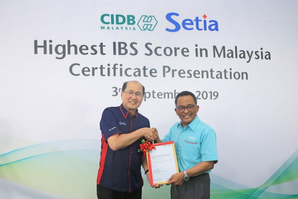 CIDB chief executive Datuk Ahmad Asri Abdul Hamid presenting the certificate to SP Setia Bhd President Datuk Khor Chap Jen at the event.