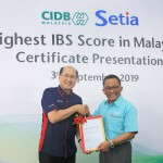 CIDB chief executive Datuk Ahmad Asri Abdul Hamid presenting the certificate to SP Setia Bhd President Datuk Khor Chap Jen at the event.