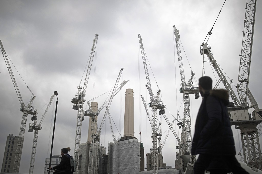 Construction cranes stand above the Battersea Power Station office, retail and residential development in the Nine Elms district in London, UK. Photographer: Simon Dawson/Bloomberg